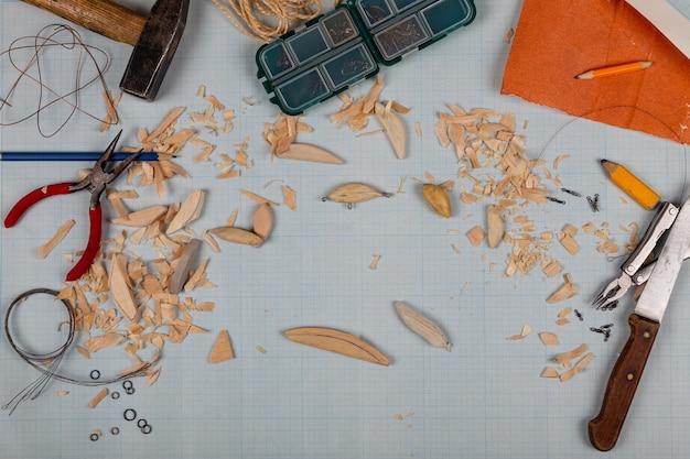 도구와 공백이 있는 수제 나무 낚싯줄 그래프 용지 배경.