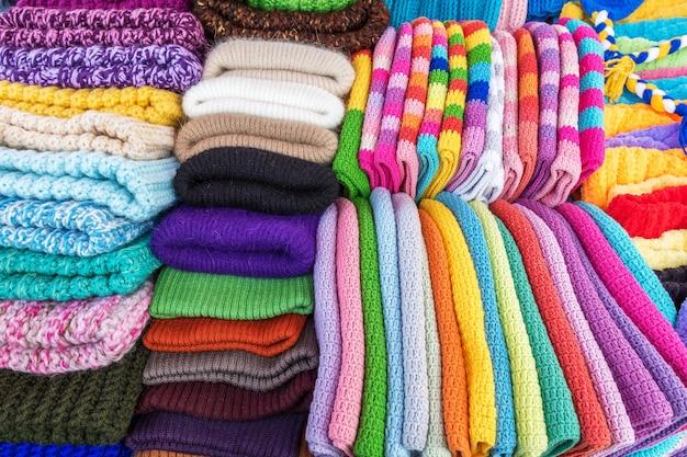 수제 모직 니트 모자와 스카프는 거리 시장에서 판매됩니다겨울용 따뜻한 옷