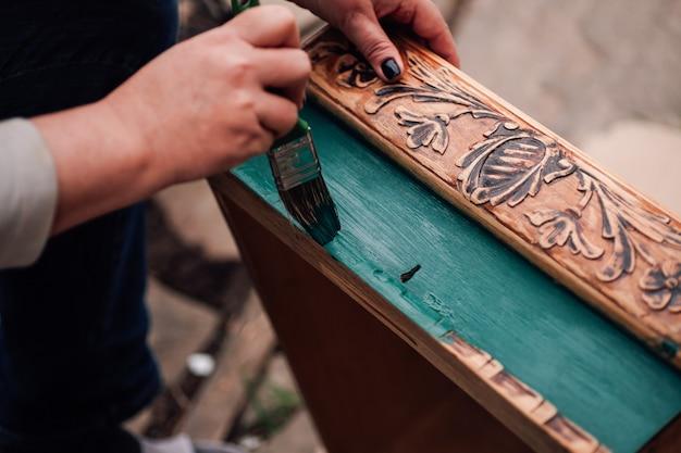 Мастерская ручной работы по ремонту и обновлению старинной деревянной мебели, роспись ящиков или столов.