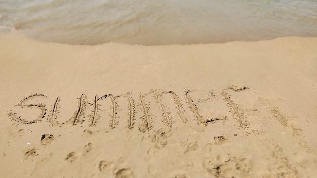 海のビーチで手書きの2021年夏。海の背景