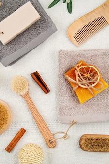 Handmade органическое натуральное мыло, сухой шампунь, щетки, аксессуары для ванной комнаты, экологически чистые спа, концепция ухода за кожей красоты.