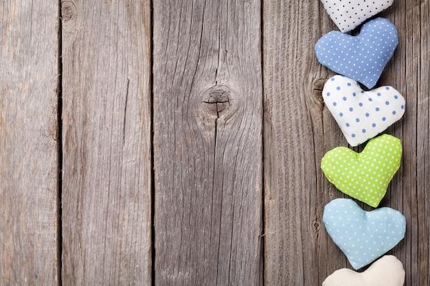 Сердца дня святого валентина ручной работы на деревянном столе. вид сверху с копией пространства
