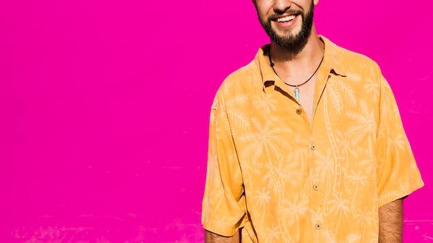 ピンクの背景を持つスマイリーhandome男