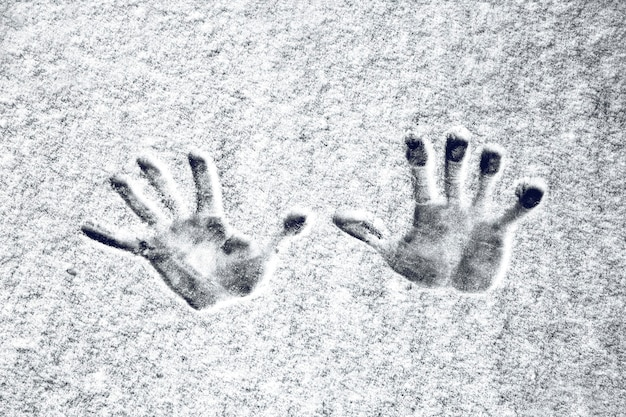 Отпечатки рук на снегу, фоновое изображение