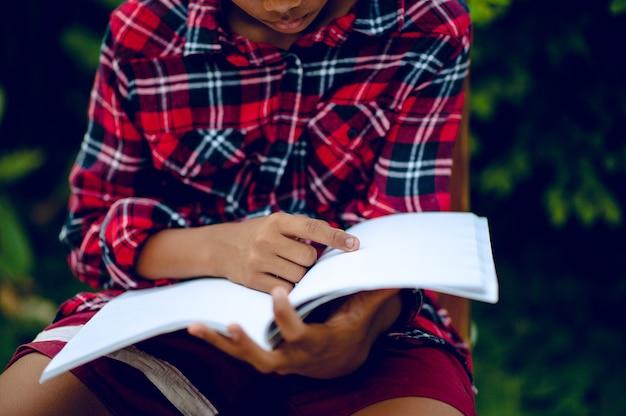 손과 책 읽기 지식을위한 학습 아이들은 읽기가 어렵습니다. 교육 아이디어