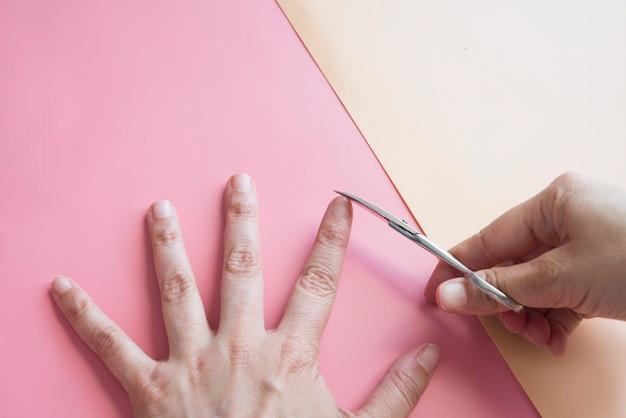 Руки и режущий маникюр вид сверху