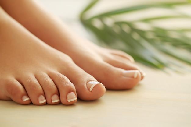 女性の手と足