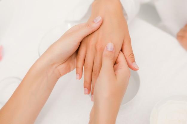 A hands applying a cream