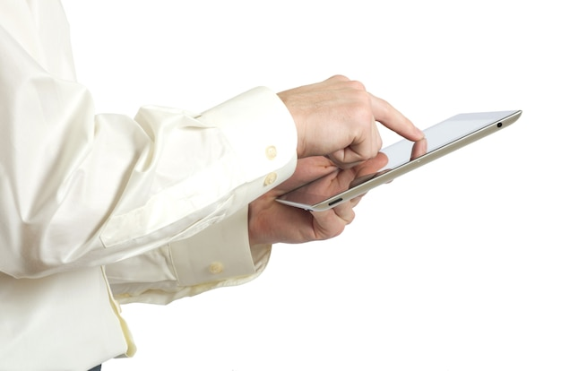 손에 태블릿 컴퓨터를 들고있다