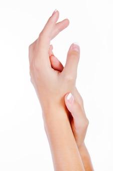 Руки быть массируя и втирая вместе