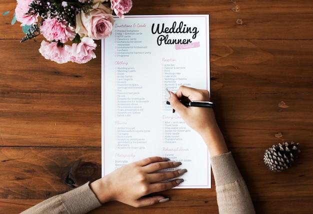 Проверка рук на контрольном списке свадебного плаката