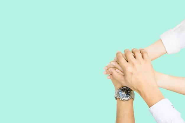 화합과 팀워크를 나타내기 위해 손을 모으는 개인의 공동 작업 평면도