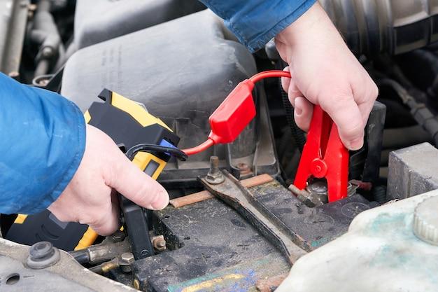 Руками подключаем автомобильную пусковую установку к аккумулятору