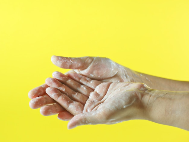 Руки покрыты пеной