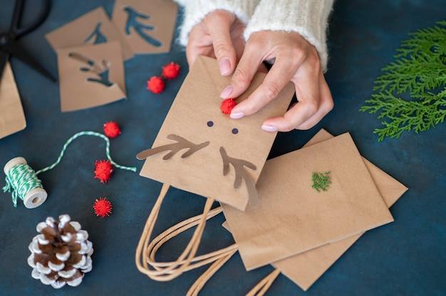 愛らしいトナカイの装飾が施されたクリスマスギフトバッグを手作りする手