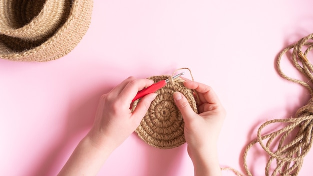 Руками вяжем круглую салфетку из джута крючком.