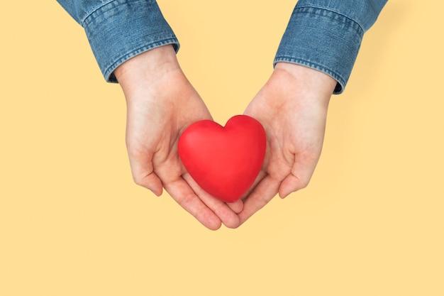 愛と関係の概念で心をカッピングする手
