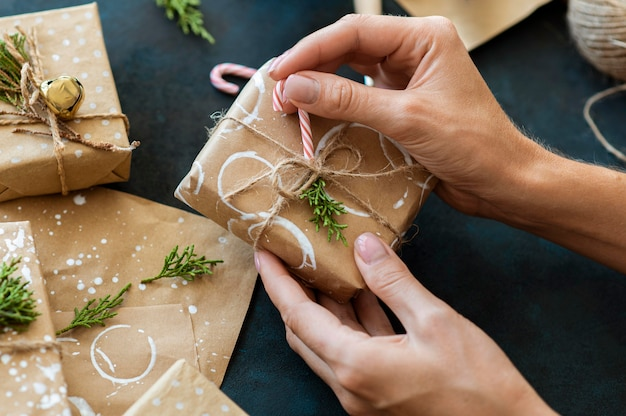 사탕 지팡이와 크리스마스 선물을 장식하는 손
