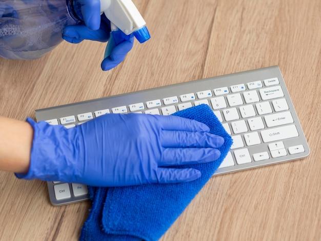 Руки дезинфицируют поверхность клавиатуры тканью и омовением