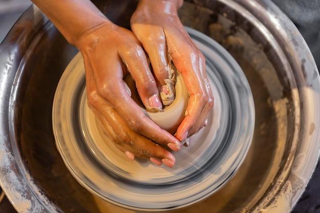 Руки делают керамику крупным планом