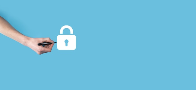 手はマーカーで南京錠のアイコンを描きます。サイバーセキュリティネットワーク。インターネット技術ネットワーキング。タブレット上のデータ個人情報を保護します。データ保護プライバシーの概念。 gdpr。 eu。