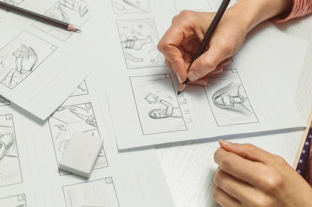 手は映画の絵コンテを描きます。