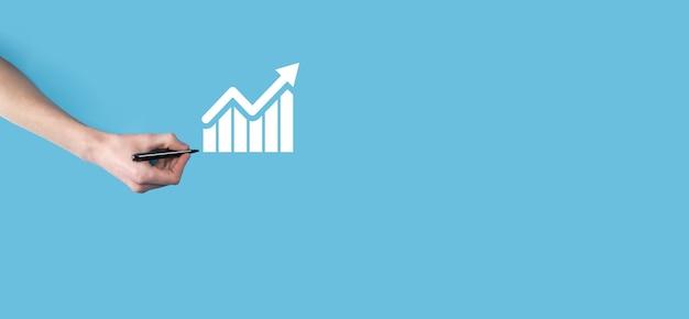 Руки рисуют смарт-мобильный телефон со значком графика. проверка анализа графика роста данных о продажах и фондового рынка в глобальной сети. бизнес-стратегия, планирование и цифровой маркетинг.