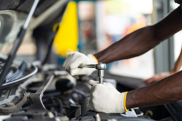 손 자동차 수리 서비스의 전문 자동차 정비사. 자동차 정비 및 자동 서비스 차고 개념입니다.