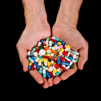 Руки полны таблеток