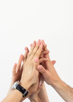 하이 파이브 흰색 배경에 고립주는 손