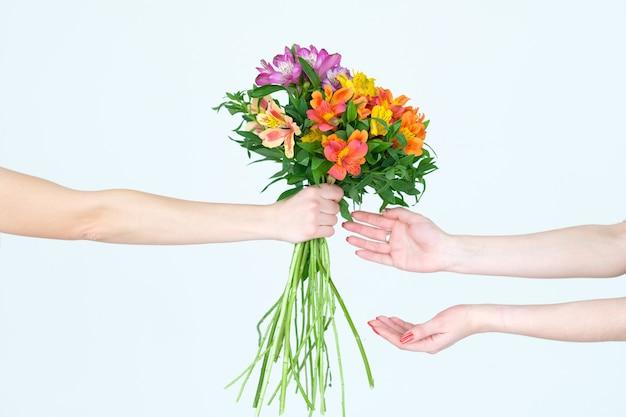 꽃 alstroemeria 꽃다발을 넘겨 손