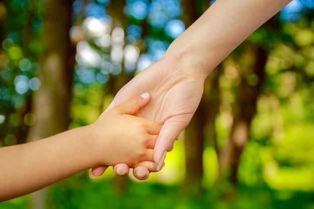 손 행복 한 부모와 자식 야외 공원에서