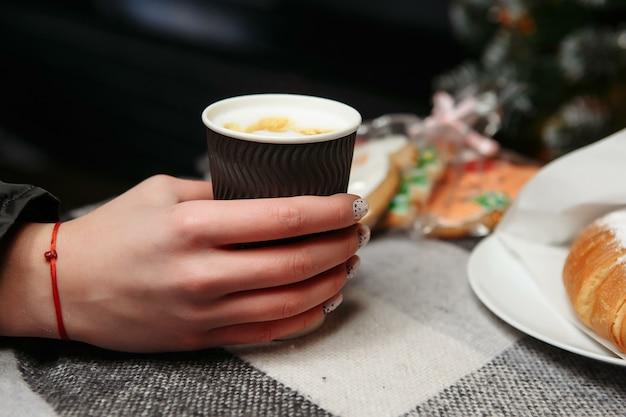 손에 뜨거운 커피 한잔 들고. 갈 커피