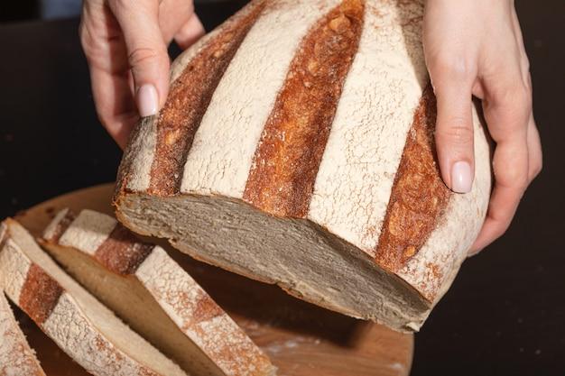手は焼きたてのパンを持っています
