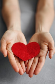 손은 회색 바탕에 발렌타인 레드 발렌타인 하트를 잡아.