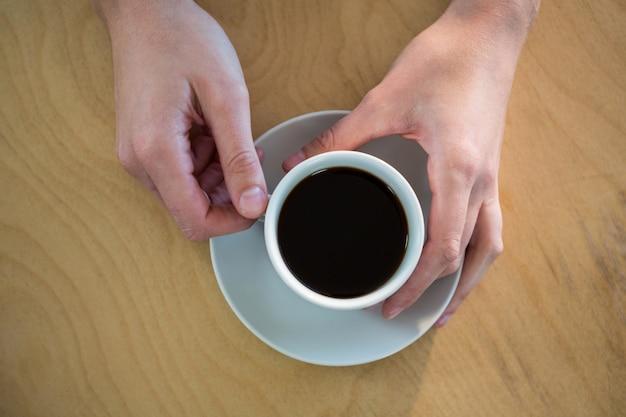 Руки держат чашку кофе