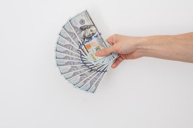 100 달러 지폐를 들고 손