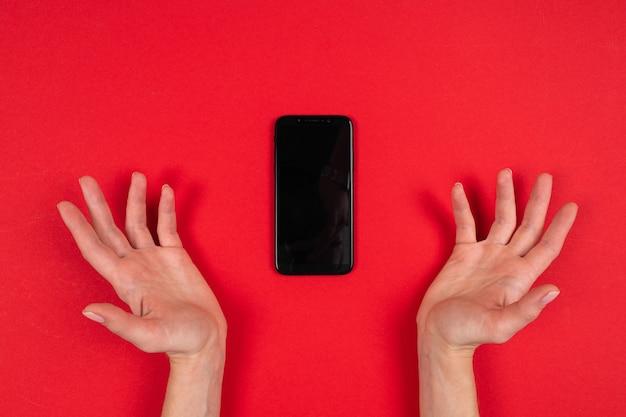 分離された電話を持っている手