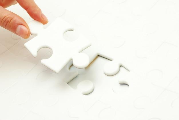 퍼즐 조각을 들고 손입니다. 비즈니스 개념