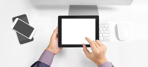Руки, держащие планшетный сенсорный компьютерный гаджет с изолированным экраном