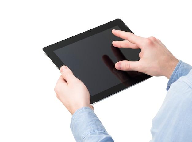 격리 된 화면으로 태블릿 터치 컴퓨터 가제트를 들고 손