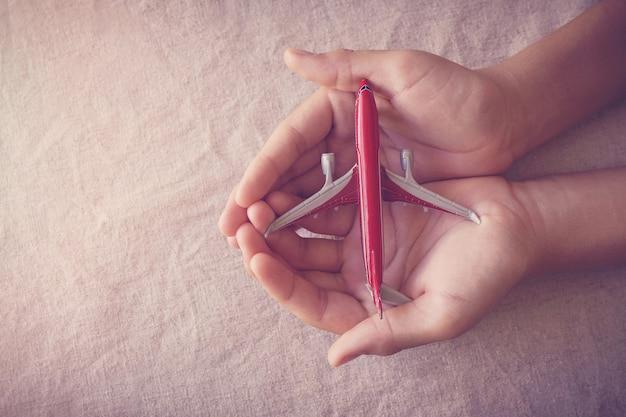 Руки держат сломанный самолет, кризис авиакомпании