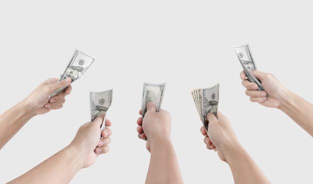 白い背景で隔離の現金を保持している手