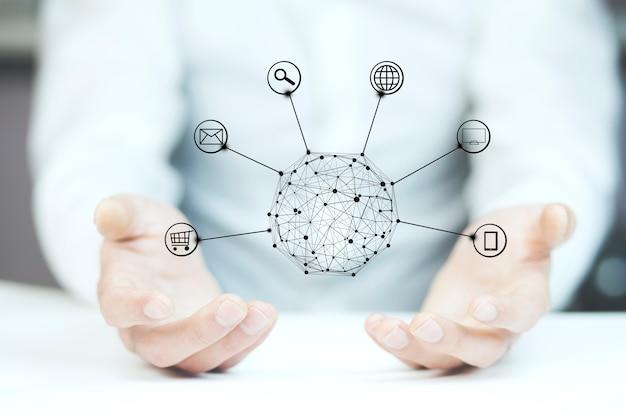 サークルグローバルネットワーク接続を保持している手