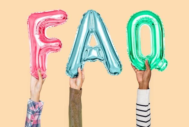 Руки держат часто задаваемые вопросы в воздушных шарах