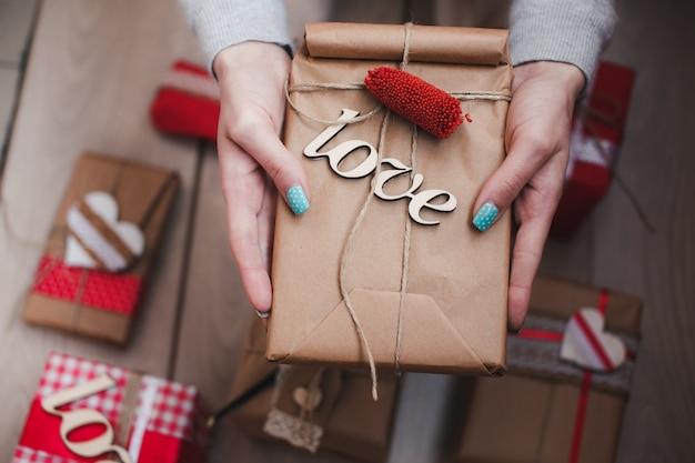Mani in possesso di un dono con la parola amore