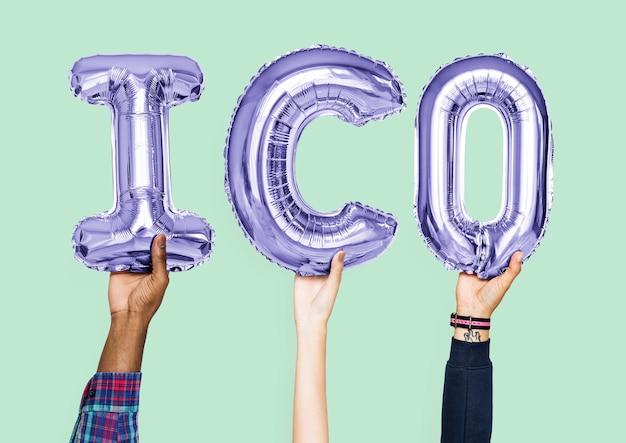 Руки держат слово ico в воздушных шарах