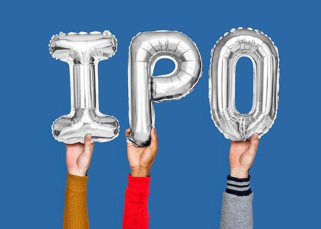 Руки держат слово ipo в воздушных шарах