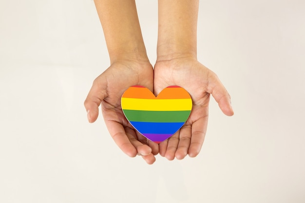 Руки держат сердце лгбт, концепция поддержки гомосексуализма