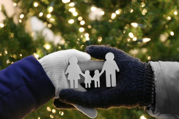小さな小像の家族を持っている手